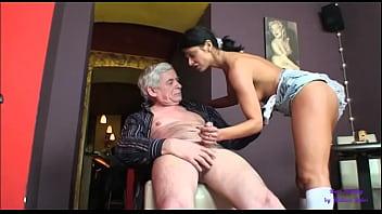 La Bella Barista è Sempre Disponibile A Fare Sesso Con L'anziano Cliente
