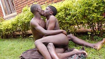 掛黑色的非洲年輕男同他媽的鞍