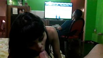 Barbie Rivas peteando al amigo mientras su novio juega FIFA
