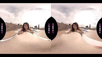 VR La Vecina Joven Del Quinto Ninfomana Entra En La Piscina Comunitaria Cachonda Y Quiere Follar En El Exterior POV Latina Porno En Español Realidad Virtual By PORNBCN 4K