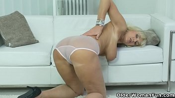 Euro gilf Roxana fingers her neatly shaven pussy video
