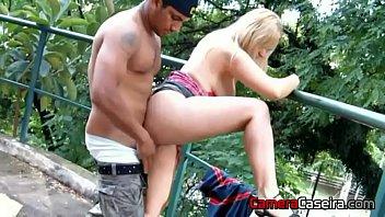 Corno coloca a Esposa para Foder na Rua