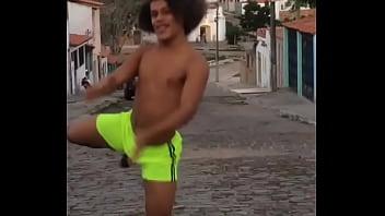 Gay dançando sem cueca Bulge