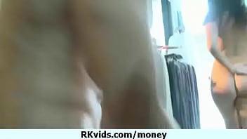 Adolescente disperata nuda in pubblico e scopa per pagare l'affitto 17