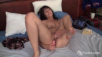 Yanks Lynn M. Gets Wet Watching Porn