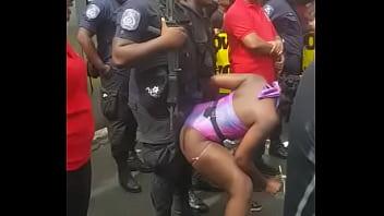Popozuda Negra Sarrando no Policial em Evento de Rua