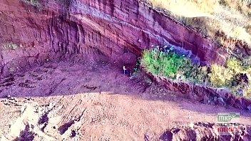 Jugando con mi drone y encuentro adolecentes follando en la montaña