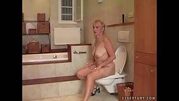 Pute mature - Bathroom sex with a mature woman