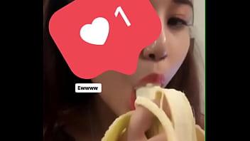 Girl tập ăn chuối