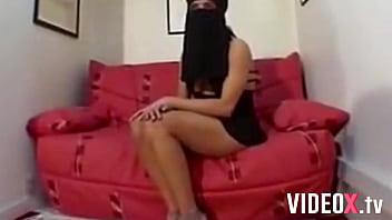 Cette salope d'Arabe se fait péter le fion avec un niqab