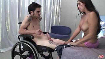 Mujer coge con hombre discapacitado