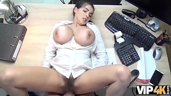 VIP4K. Buxom babe tiene nuevos senos pero no tiene dinero para pagarlos