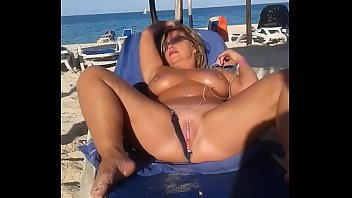 My slut wife is masturbating arrondissement people at the beach porno izle