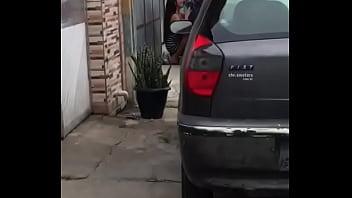 Flagrada mamando na rua