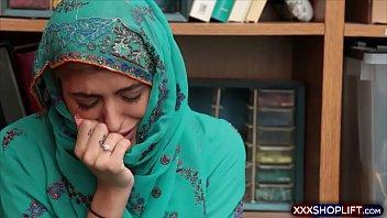 حصلت لطيف الفرخ shoplifter في الحجاب تقريبا - افلام سكس عربى