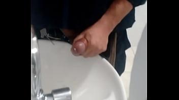 Punheta banheiro rodoviária