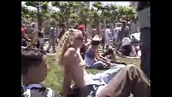 Loirinha fazendo topless na praça lotada de pessoas