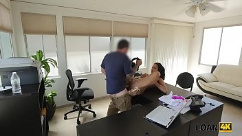 LOAN4K. Puttana con un corpo seducente abbronzato allarga le gambe per agente di prestito