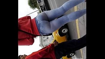 Culo de una chibolita en la calle Grabada