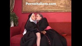 Suora troia scopa in culo col vescovo - Sister slut fucks in the ass