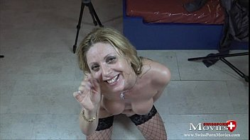 Gina Blond bestellt 3 Nachbar-Kerle zum Fickspass - SPM Gina34TR04 Vorschaubild