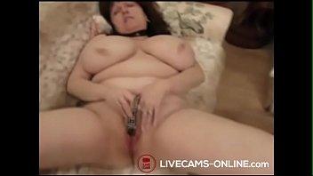 Geile Oma mit dicken Titten macht es sich selbst Thumb
