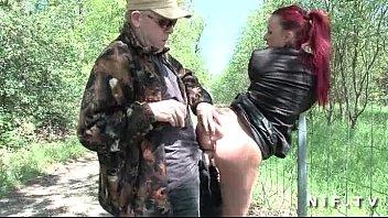 Follan en el bosque a una jovencita pelirroja perdida