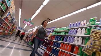 mamacita sexy latina milf comprando con grandes tetas en jeans - sexy latin mom purchasing with big tits and jeans