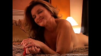 Naughty MILF plays with her pussy and blows the cameraman Vorschaubild