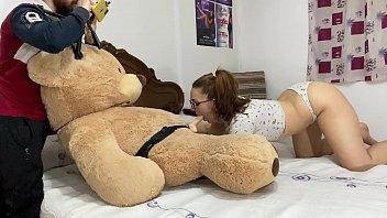 : Menuda sorpresa recibe Pamela sanchez de su novio jesussanchezx se pone tan cachonda que termina haciendo una doble mamada a dos manos