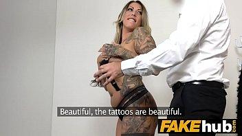 Garota alemã agente falso com tatuagens e corpo natural no sofá de fundição
