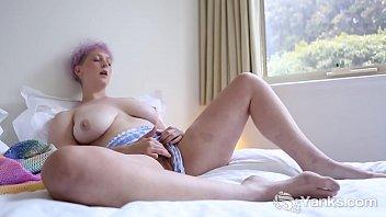 Yanks Beauty Vera Blue Rubs Her Hairy Snatch Thumb