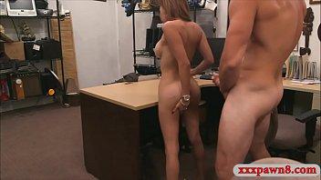 Cadela Latina é perfurada pelo guardião do peão em seu escritório