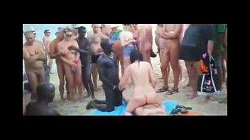 Trepando na praia do nudismo na multidão - www.pornozaonet.com