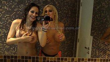 Vicky Xipolitakis y Annalisa Santi - Video en la ducha sin censura