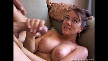 Odrasla ženska ljubi spermo v svojih ustih