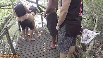 Fizeram fila pra comer a mulher do corno na beira do rio