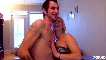 Christine, blonde sexy baise un mec devant sa copine