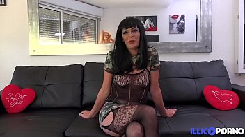 Carla, brunette aux gros seins, baise son voisin en l'absence de son mari