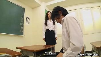 เด็กนักเรียนหนุ่มดื้อเลยต้องจับมาสอนเสียวหลังเลิกเรียนเย็ดหี