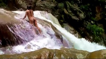 Lilyan se pone cachonda en el rio Thumb