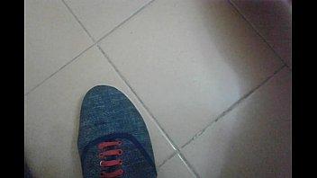 Gozada cheirando as meias e sapatos da empregada