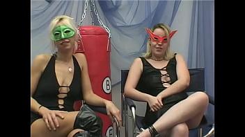Nude masquerade - Claudia e rebecca si leccano prima di farsi penetrare in coppia - mascherine italiane