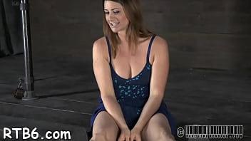 Hot chick ottiene il suo liscio wazoo durante la tortura