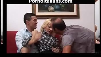 Bionda matura italiana scopata da due maschioni! Italian mature blonde fucked