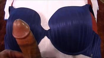 Punhetando E Gozando No Sutia Azul 38D