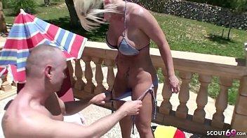 German Mom - DEUTSCHE MUTTER fickt mit Fremden am Pool im Urlaub