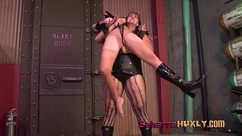 Tickling the vulva - Huxly breaks ninja maiden tube sh
