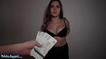Tarfa platita cu 500 de euro sa faca sex in public cat mai mult