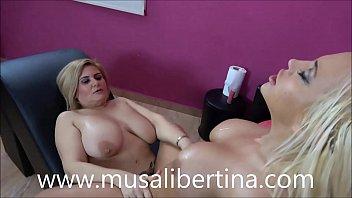Lesbian masseur fucks her client (Musa Libertina vs Blondie Fesser)